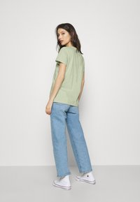 Levi's® - THE PERFECT TEE BATWING OUTLINE BOK CHOY - T-shirt med print - greens - 2