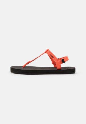 MALTA - Sandály s odděleným palcem - coral