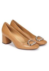 Kazar - GAURA - Classic heels - light brown - 1