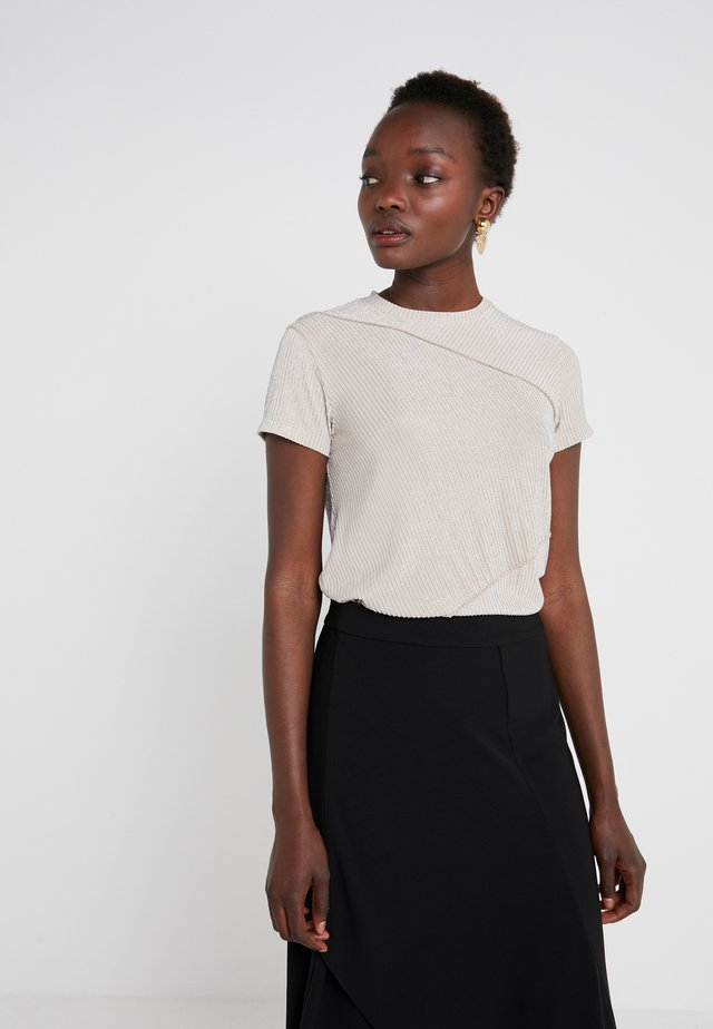TEA - T-shirt con stampa - nude