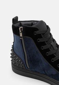 Steve Madden - CORDZ - Sneakersy wysokie - navy/multicolor - 5