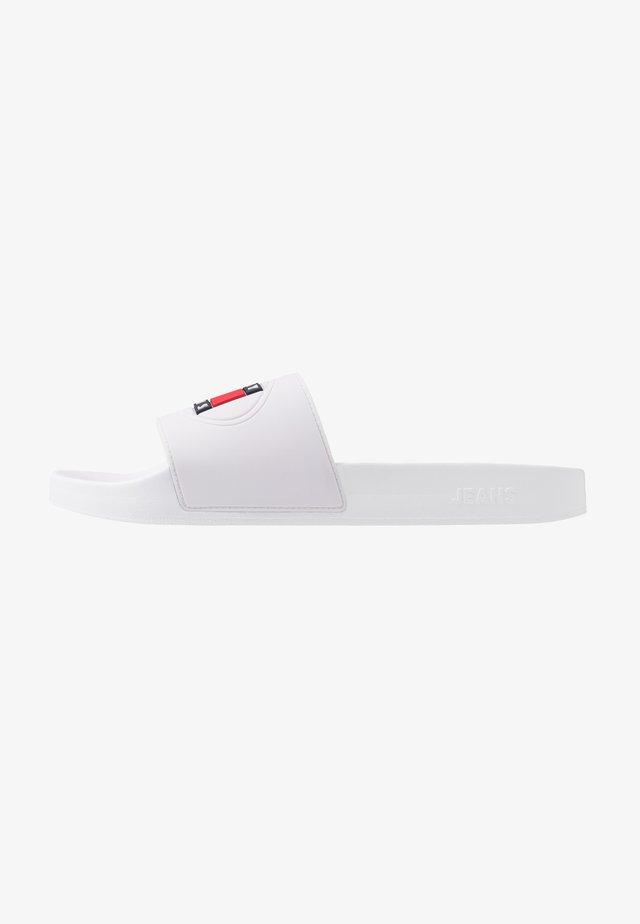 SEASONAL FLAG SLIDE - Mules - white