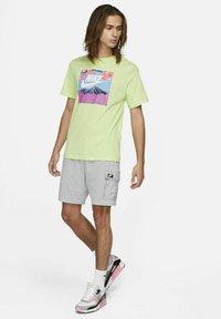 Nike Sportswear - TEE MANGA PHOTO - Print T-shirt - light liquid lime - 1