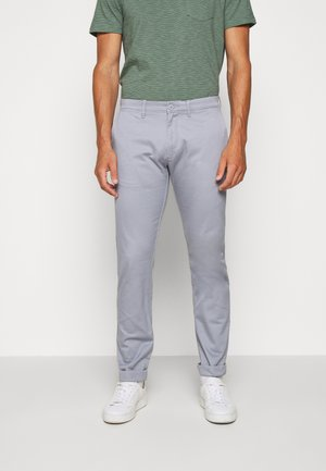 MENS PANTS - Chinosy - light slate