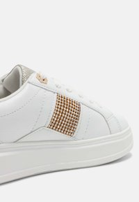 River Island - RHODES - Trainers - white/gold - 5