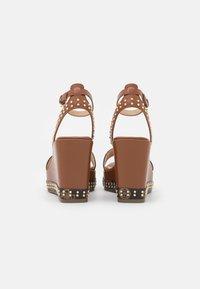 Guess - NOLDO - Sandály na platformě - cognac - 3