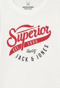 Jack & Jones Junior - JJELOGO - Print T-shirt - cloud dancer - 3