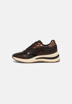 Sneakers laag - mahogany