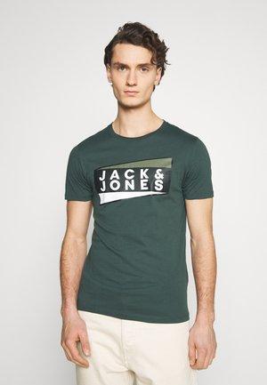 JCOSHAUN  - T-shirt imprimé - darkest spruce