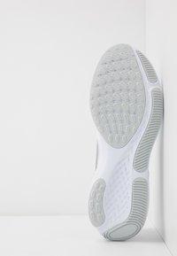 Nike Performance - REACT MILER - Zapatillas de running neutras - white/metallic silver/pure platinum - 4