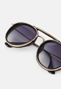 Urban Classics - SUNGLASSES IBIZA WITH CHAIN UNISEX - Sluneční brýle - black/gold-coloured - 5