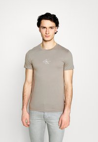 Calvin Klein Jeans - NEW ICONIC ESSENTIAL TEE - T-shirt med print - elephant skin - 0