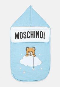 MOSCHINO - BABY NEST UNISEX - Footmuff - baby sky blue melange - 1