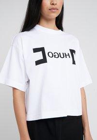 HUGO - DUFIA - T-shirts print - white - 5