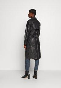 Oakwood - JOURNAL - Trenchcoat - black - 2