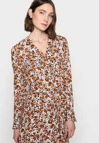 PIECES Tall - PCFRIDINEN DRESS - Shirt dress - mocha bisque - 3