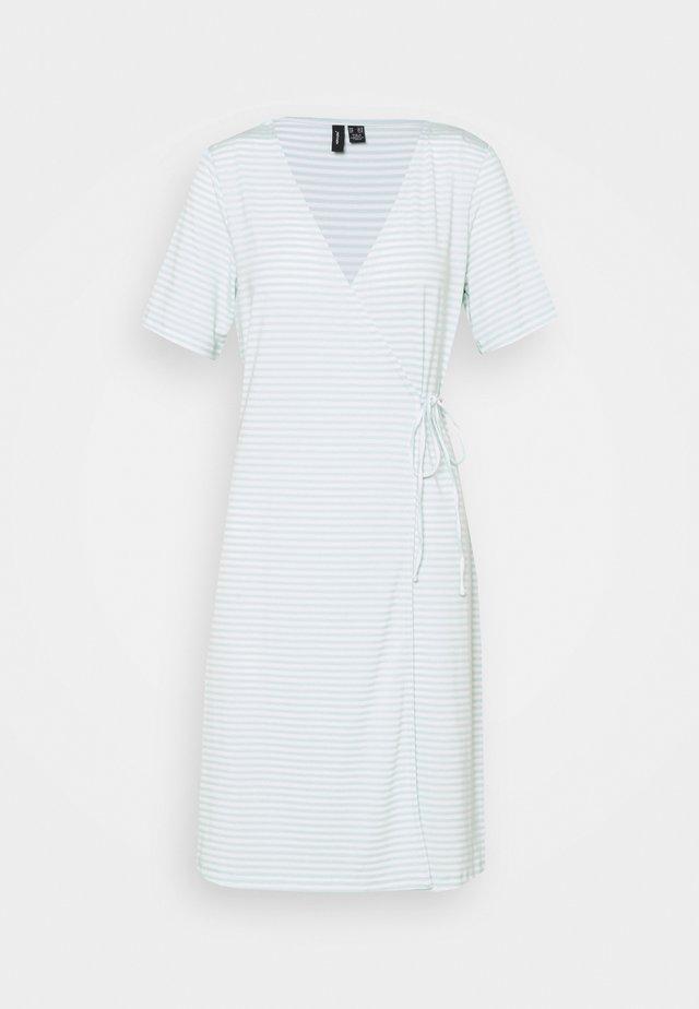 VMKATE SHORT DRESS - Žerzejové šaty - icy morn/white