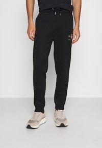 GANT - ARCHIVE SHIELD  - Teplákové kalhoty - black - 0
