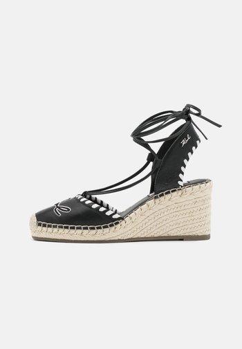 KAMINI MID EMBRO SIGNATURE  - Platform sandals - black