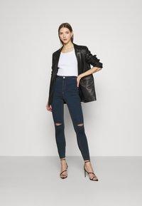 Missguided - VICE HIGHWAISTED SLASH KNEE - Jeans Skinny Fit - indigo - 1