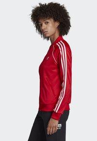 adidas Originals - SST TRACK TOP - Bombejakke - red - 2