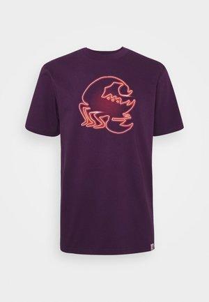 NEON SCORPION - Print T-shirt - boysenberry