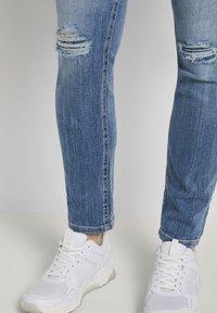 TOM TAILOR DENIM - JEANSHOSEN LYNN ANTIFIT JEANS MIT TUNNELZUG AM BUND - Slim fit jeans - light stone blue denim - 4