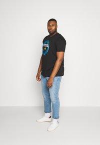 Jack & Jones - JCOFRIDAY - Print T-shirt - black/disc tee - 1