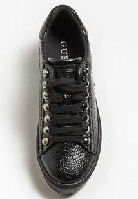 Guess - FAIREST NIETEN - Sneakers basse - schwarz - 1
