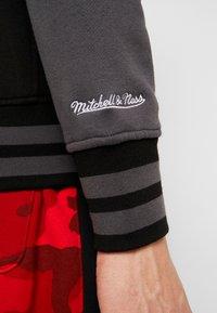 Mitchell & Ness - NBA CHICAGO BULLS VARSITY JACKET - Pelipaita - black - 5