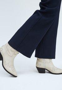 Pepe Jeans - Tracksuit bottoms - dunkel ozaen blau - 4