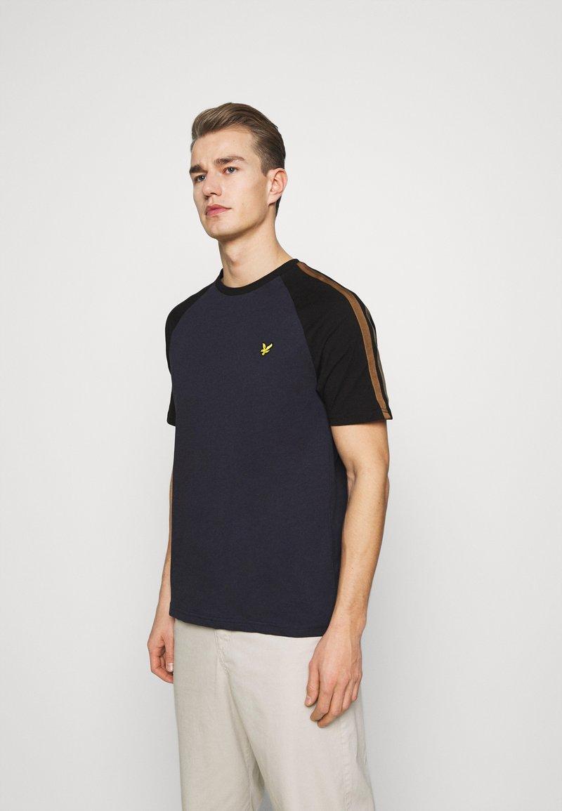 Lyle & Scott - COLOUR BLOCK - T-shirt - bas - dark navy