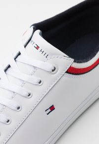 Tommy Hilfiger - ESSENTIAL - Sneakers basse - white - 5