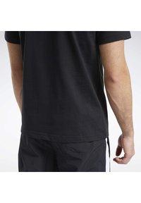 Reebok Classic - CLASSICS B-BALL COURT T-SHIRT - Print T-shirt - black - 5