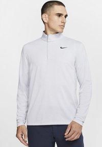 Nike Golf - NIKE DRI-FIT VICTORY HERREN-GOLFOBERTEIL MIT HALBREISSVERSCHLUSS - Funkční triko - sky grey/gridiron/white/gridiron - 0