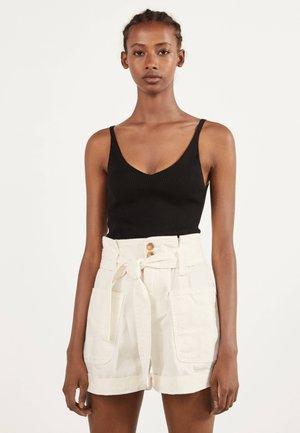 MIT GÜRTEL - Shorts di jeans - white