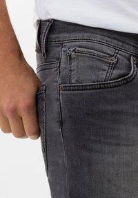 BRAX - STYLE CHUCK - Jean slim - stone grey used - 3