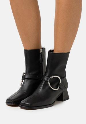 VEGAN IVETTE - Kotníkové boty - black