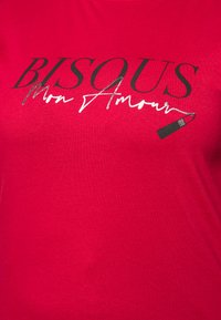 New Look Curves - BISOUS LIPSTICK - Print T-shirt - bright red - 5
