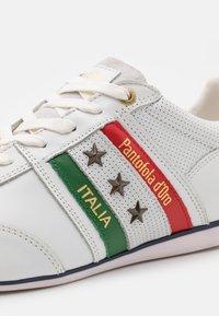 Pantofola d'Oro - IMOLA ROMAGNA FLAG UOMO  - Sneakers laag - bright white - 5