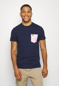 Lyle & Scott - CONTRAST POCKET - Print T-shirt - navy/ dusky lilac - 0