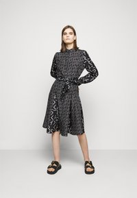 KARL LAGERFELD - FUTURE LOGO DRESS - Robe chemise - digital karl black - 1