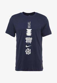 Nike Performance - DRY RUN SEASONAL  - Print T-shirt - obsidian/white - 4