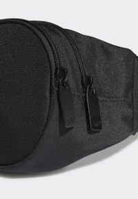 adidas Originals - ADICOLOR WAISTBAND UNISEX - Rumpetaske - black/white - 6