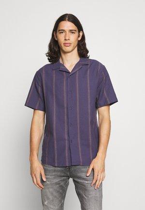 TEXTURED SHORT SLEEVE - Košile - purple