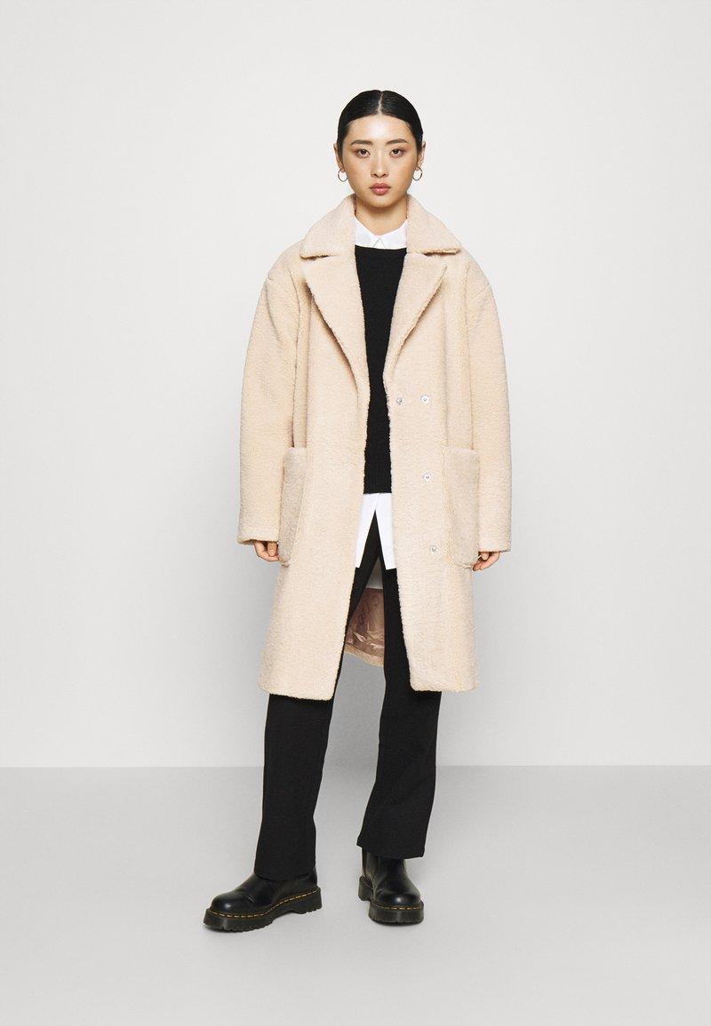 Selected Femme Petite - SLFNEW NANNA TEDDY JACKET  - Classic coat - sandshell