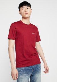 Calvin Klein - CHEST LOGO - Basic T-shirt - red - 0
