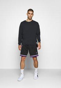Mitchell & Ness - NBA SWINGMAN SHORTS SACRAMENTO KINGS - Sports shorts - black - 1