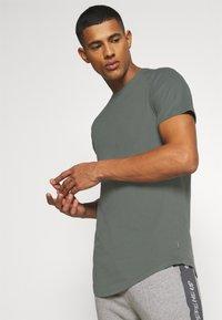 Jack & Jones - JJECURVED TEE O NECK - T-shirt - bas - sedona sage - 3