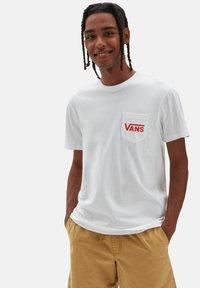 Vans - MN OTW CLASSIC - Print T-shirt - white/high risk red - 1